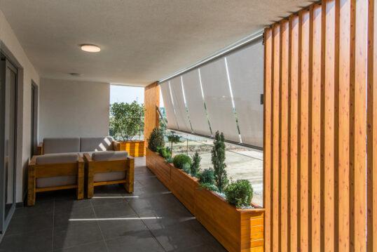Idee für die Balkongestaltung – Moderner Balkon mit Markisen als Sonnenschutz...