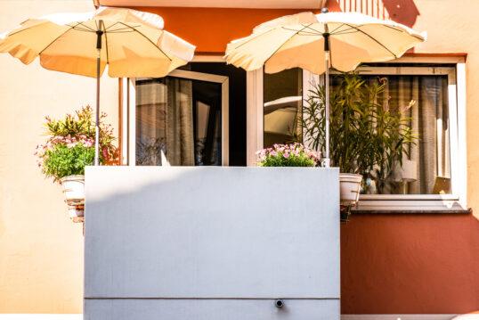 Idee für einen kleinen Balkon – Balkongestaltung mit Sonnenschirmen als Sonne...