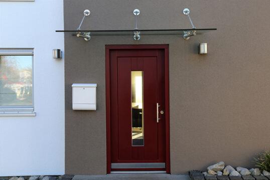 Hauseingang Idee – Beige-braune Hauswand mit modernen Glasvordach – wei...