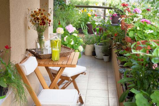 Gestaltungsidee für den Balkon – Gemütlicher Sitzbereich mit Klapptisch &...