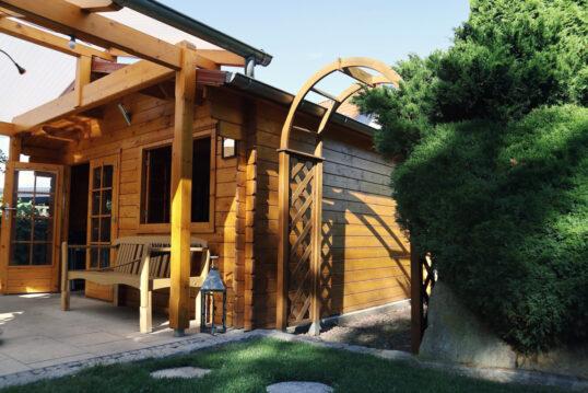 Gartenhaus Idee mit überdachter Terrasse  Holzbank & Gartenlaterne – Bei...