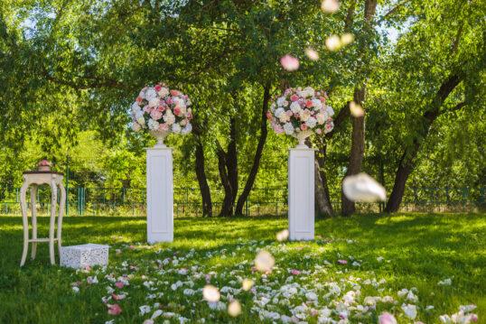 Gartenhochzeit Idee – Wiese mit großen Hortensien Sträußen in Blumentöpfen au...