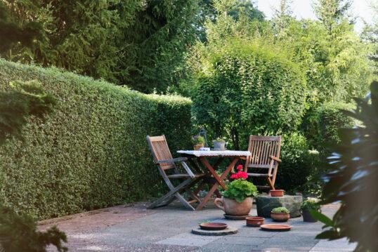 Terrassengestaltung im Landhausstil mit einer Sitzgruppe aus Holz – Klappstüh...