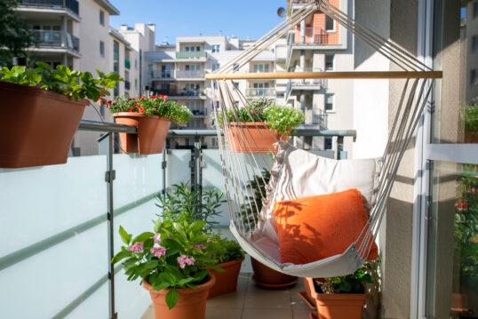 Gestaltungsidee für einen gemütlichen Balkon – Beispiel mit Hängesessel &...