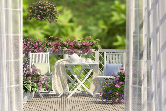 Romantischer Balkon mit weißer Sitzgruppe als Inspiration – Klappstühle &...