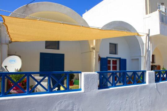 Griechischer Balkon mit Sonnensegel als Sonnenschutz – Idee für die mediterra...