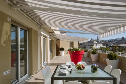 Idee für eine große Balkonterrasse mit Sonnenschutz Markisen – Beispiel mit S...