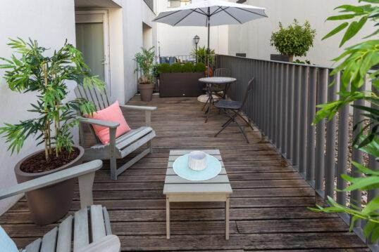 Idee für die Gestaltung eines großen Balkon mit zwei Sitzbereichen – Beispiel...
