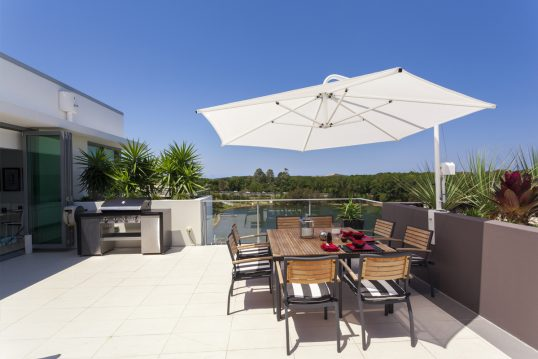 Moderne Idee für einen großen Balkon oder die Dachterrasse – Beispiel mit gro...