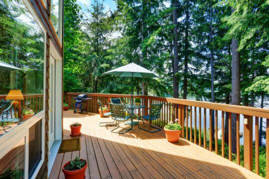 Großer Balkon oder Terrasse um das Haus – Gestaltungsidee mit Sitzgruppe ...
