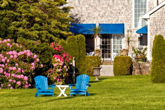 Idee für einen großen Garten – Terrasse & Wiese vor dem Haus  – Be...