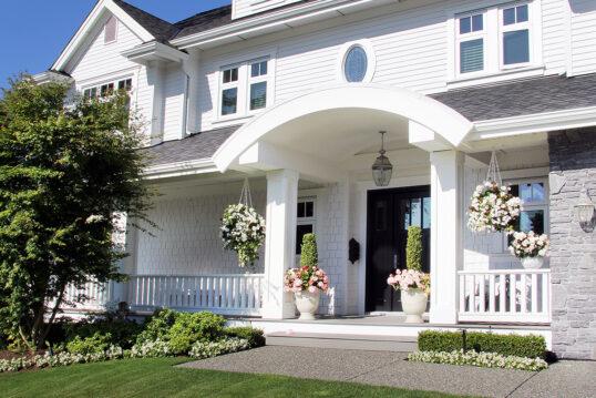 Vorgarten & Hauseingang Idee – Beispiel mit Bogen-Vordach am Haus –...