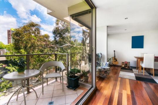 Gestaltungsidee für den kleinen Balkon an der Wohnung – Beispiel mit Polyratt...