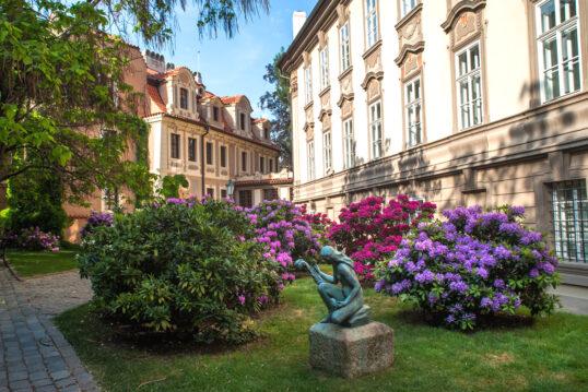 Innenhof Idee – Farbenfrohe Innenhofgestaltung mit Skulptur auf einem Steinso...