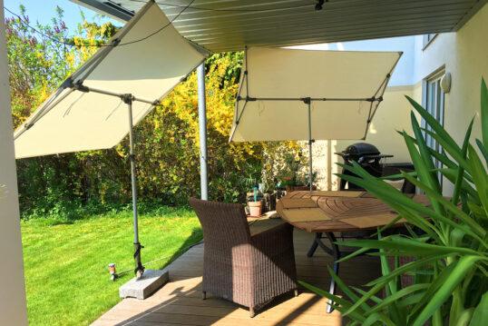 Terrassengestaltung mit freistehenden Markisen zum Kippen als Sonnenschutz – ...