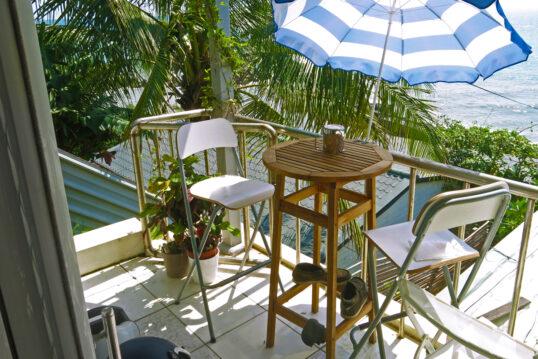 Idee für einen kleinen Balkon – Gestaltungsbeispiel mit Barhockern & Bar...