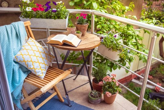 Idee für einen kleinen Balkon – Beispiel mit Klapptisch & Klappstuhl mit...