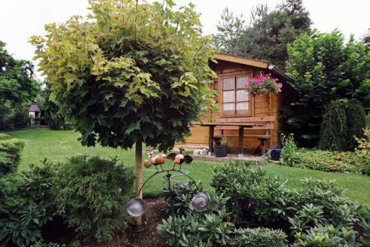 Ländlicher Garten mit Gartenhaus & Gartendeko als Gestaltungsidee – Klei...