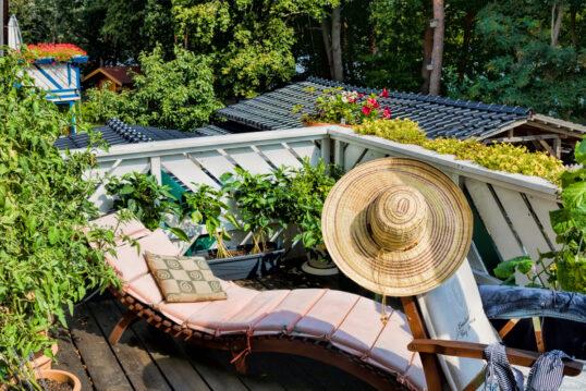 Balkon Idee – Kleiner Landhaus Balkon mit Relaxliege & Klappstuhl –...