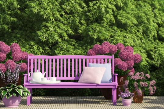 Beispiel für den Garten – Idee für eine Sitzecke mit lila Bank  & Kissen...