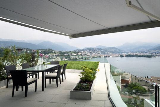 Balkon Idee – Großer Luxus Balkon mit schwarzer Sitzgruppe aus Polyrattan ...