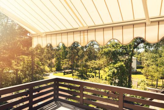 Balkon Idee – Beispiel mit gestreifter Markise als Balkon Sonnenschutz –...
