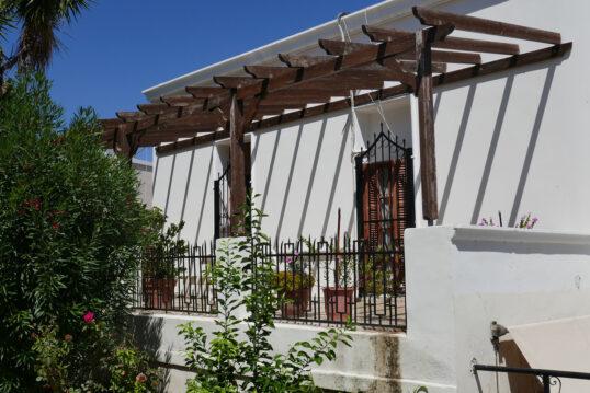 Mediterrane Balkongestaltung mit Pergola aus Holz an der Hauswand – Bepflanzt...