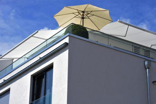 Sonnenschutz Idee für den Balkon oder die Dachterrasse – Beiger Sonnenschirm ...