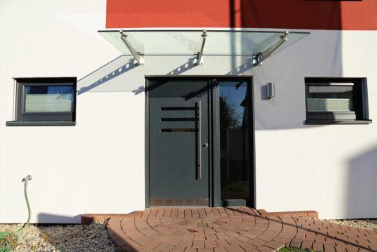 Vordach Idee – Neugebautes Wohnhaus mit Vordach aus Glas & Hauseingang-B...