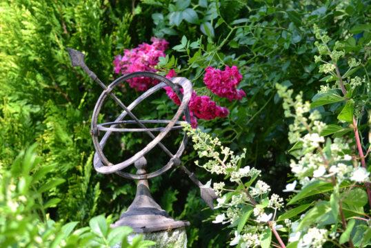 Gartendeko Idee – Beispiel mit einer rustikalen Sonnenuhr auf einem Steinsock...