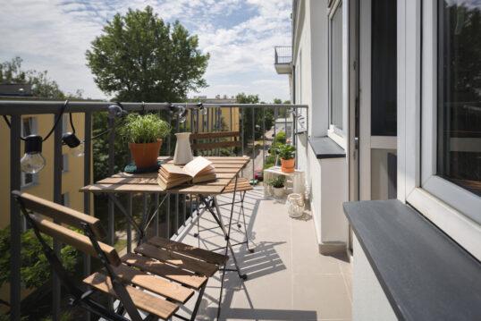 Gestaltungsidee für einen schmalen Balkon mit Sitzgruppe aus Holz – Blumentöp...