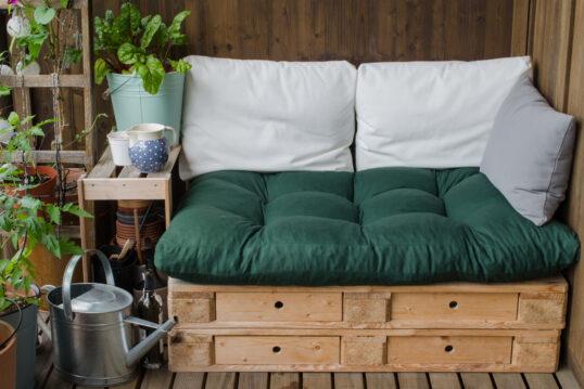 Balkongestaltung mit selbstgebauter Palettencouch – Holzbeistelltisch mit Pfl...