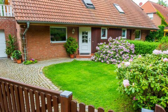 Idee für die Vorgartengestaltung – Beispiel mit Rhododendren im Vorgarten  Pf...