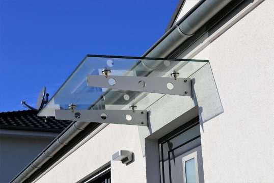 Modernes Vordach am Haus als Gestaltungsidee – Weiße Hauswand mit Außenbeleuc...