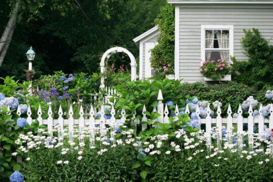 Landhaus Vorgartengestaltung – Bepflanzter Gartenzaun mit blauen Hortensien &...