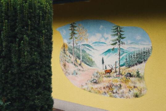 Beispiel für die gelbe Hauswand- & Fassadengestaltung mit großen Wandbild R...