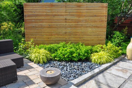 Gartengestaltung mit einer Sichtschutzwand aus Holz – kleiner Steingarten mit...