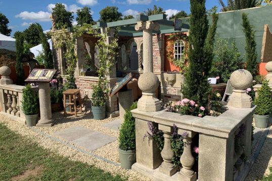 Idee für die Terrassengestaltung - Barocke Gartenruine mit verzierten Säulen & Kletterpflanzen auf der Terrasse - Pflanzen in Pflanzkübeln