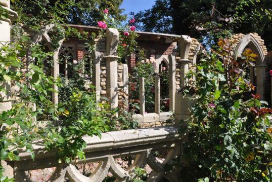 Romantische Gestaltung des Gartens mit großer Gartenruine – Beispiel mit Rose...