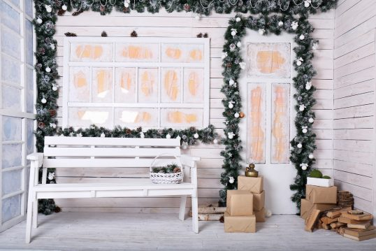 Hauseingang Idee – Dekorative Veranda mit Weihnachtdekoration – Weiße G...