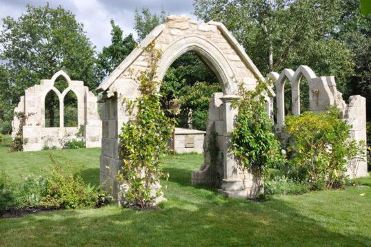 Gartengestaltung mit einzelnen Ruinen-Elementen auf der Wiese – Torbögen ...