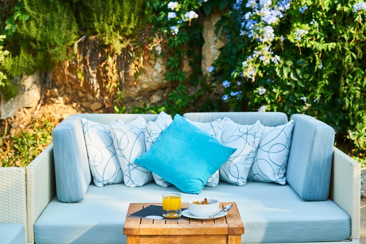 Gemütliche Sitzecken im Garten laden zum entspannten Beisammensein ein.