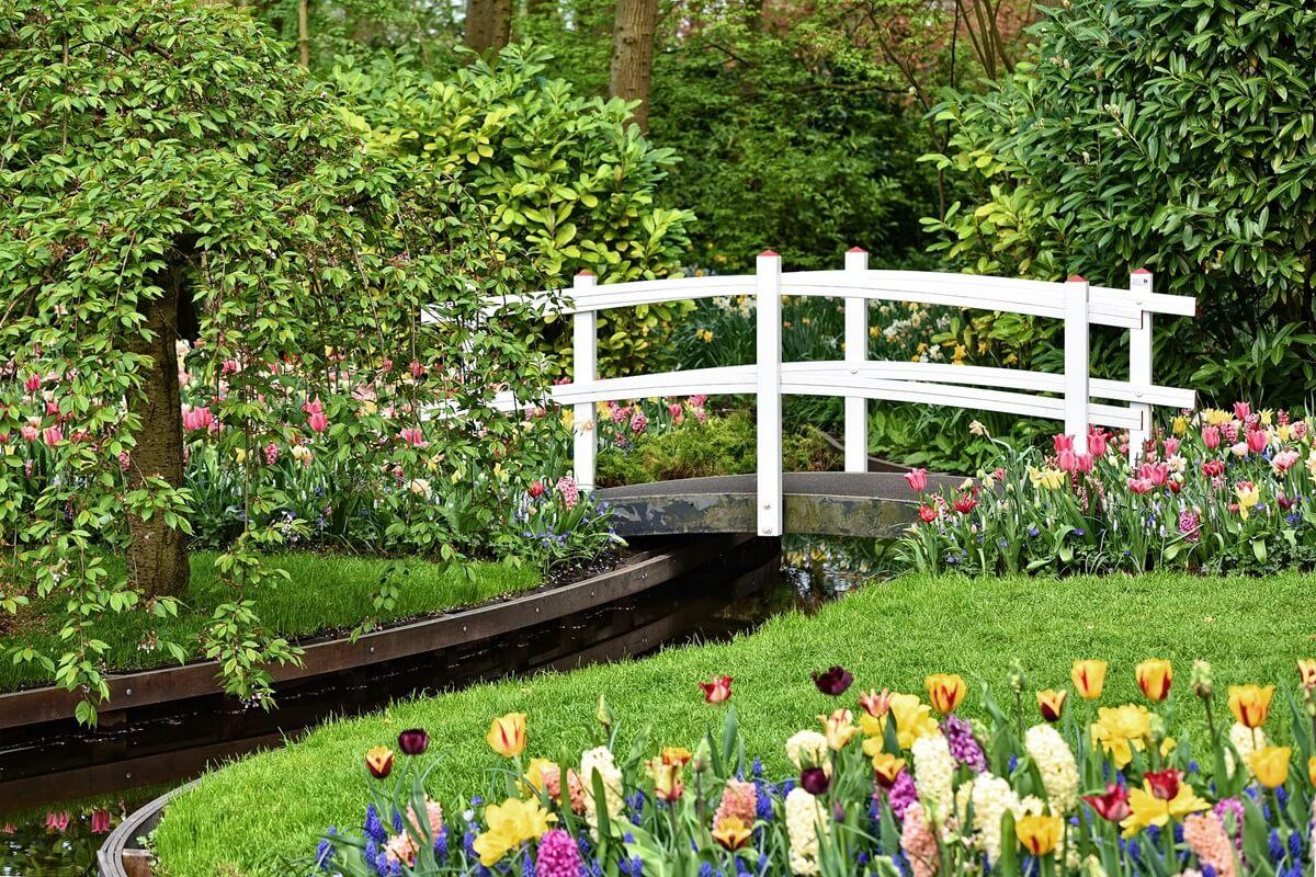 Mache deinen Garten mit Gestaltungselemeten wie einem Teich, Bachlauf oder Brunnen zu etwas ganz Besonderem.