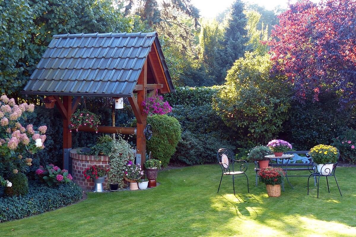 Eine Gartengestaltung mit Brunnen sorgt für eine erfrischende und zugleich beruhigende Wasserquelle, die zur Gartenharmonie beiträgt.