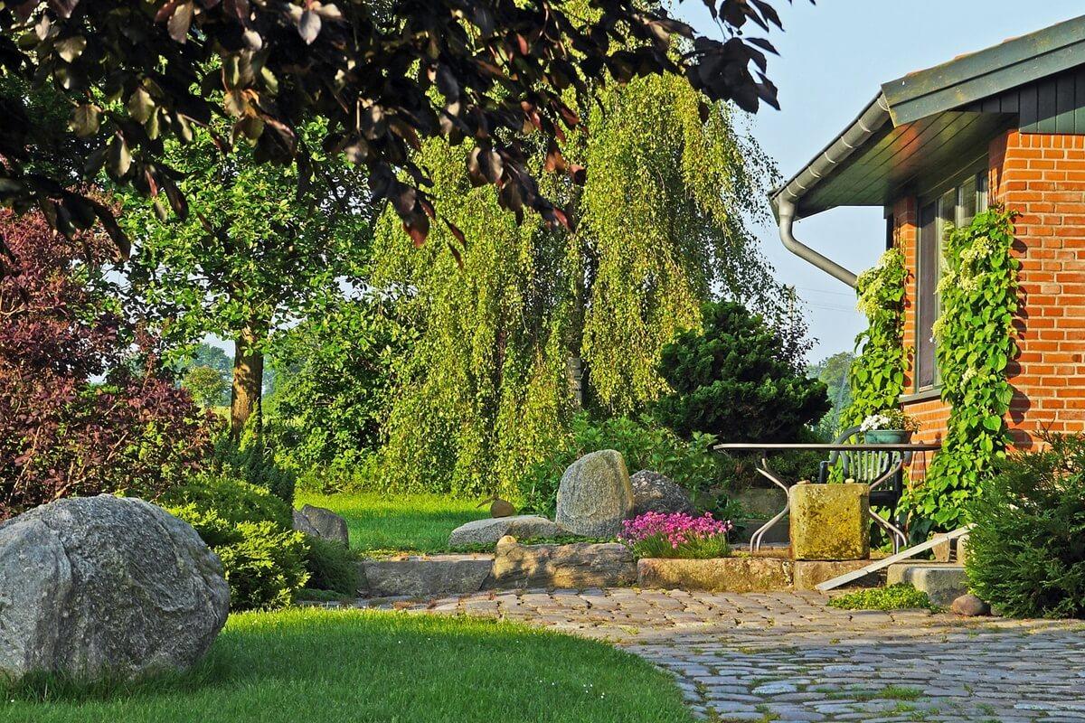 Findlinge sorgen in deiner Gartengestaltung für einen besonderen Touch und bringen Struktur in deinen Garten.