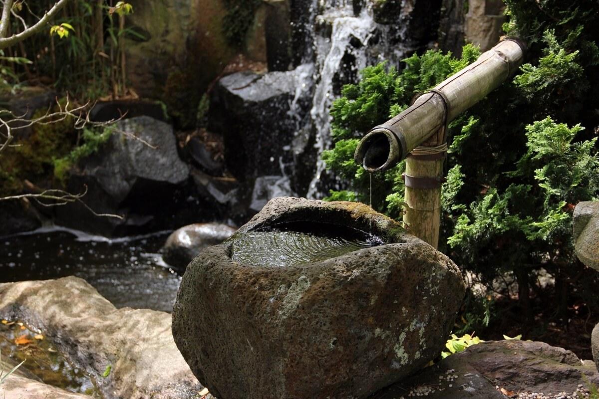 Ein romantisch-rustikal erscheinendes Steinwasserbecken fügt sich optimal in eine natürliche Gartengestaltung ein.