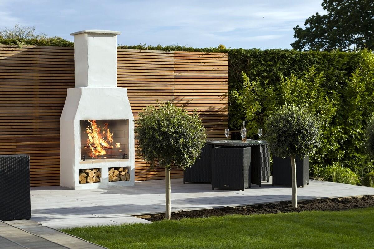 Eine Gartengestaltung mit Kamin oder Grillecke bietet tolle Möglichkeiten für gemeinsame Grillabende mit Familie und Freunde.