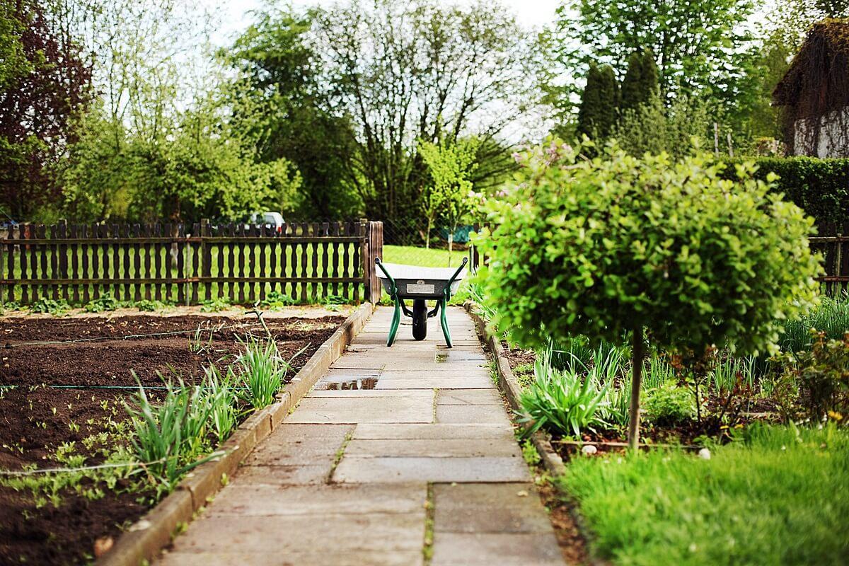 Zur Gartengestaltung eines Schrebergartens gibt es allerlei Miniaturdekorationen und -bauwerke.