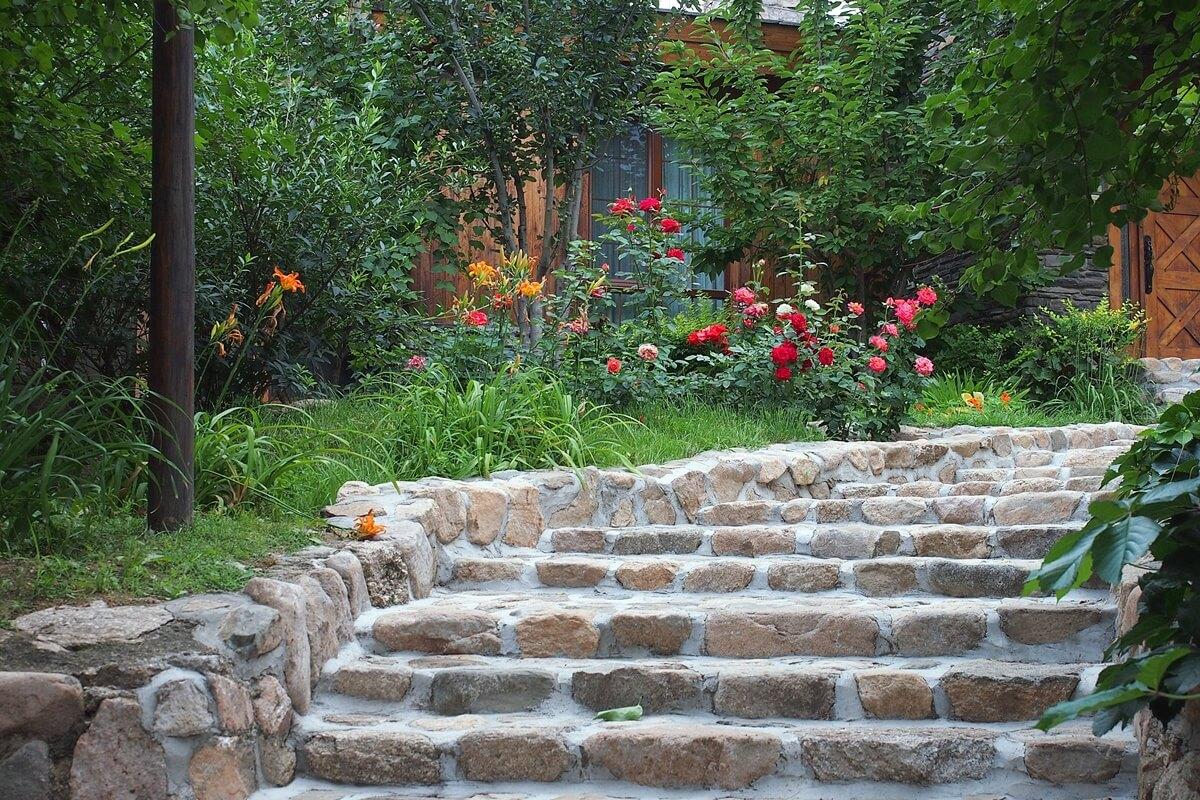 Gleiche starke Höhenunterschiede in deinem Garten mit Treppen aus.