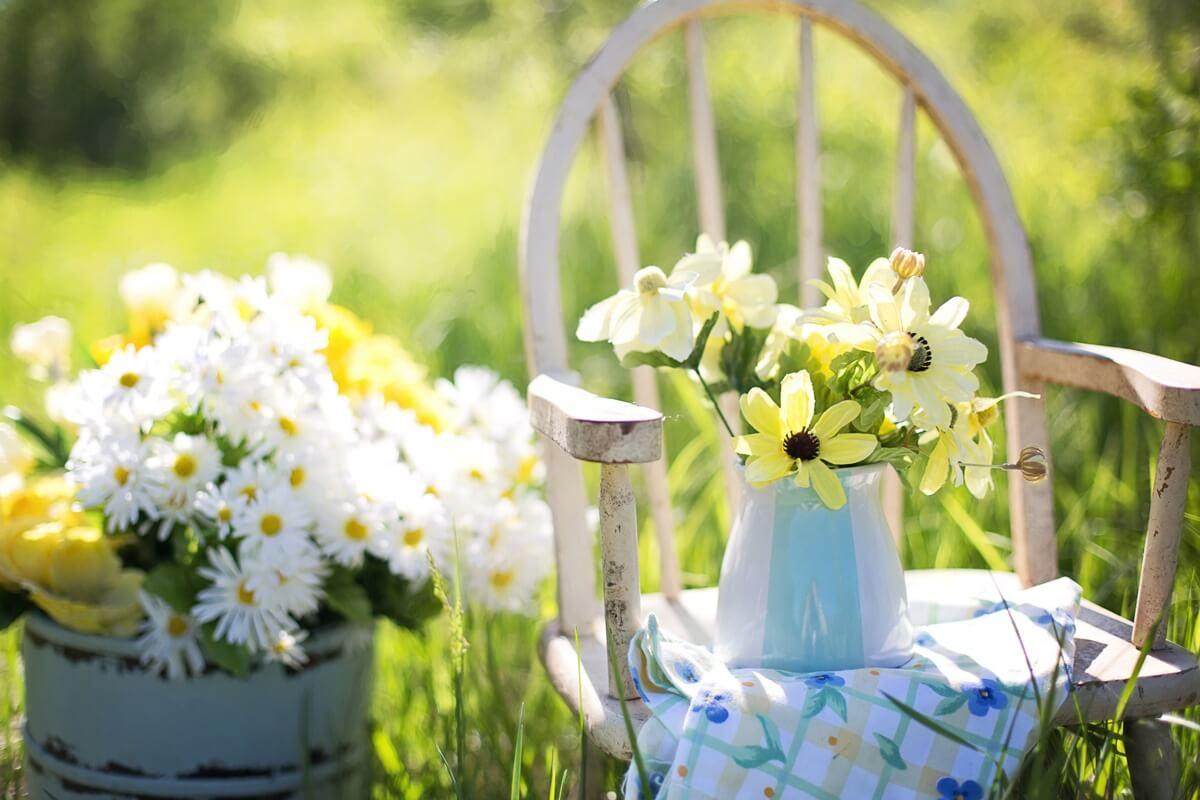 Auch Blumen sind unentbehrliche Dekorationselemente in der Gartengestaltung und verzaubern mit farbenfrohen Blüten und zarten Düften.